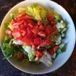 Kleurrijke salade met pijnboompitten
