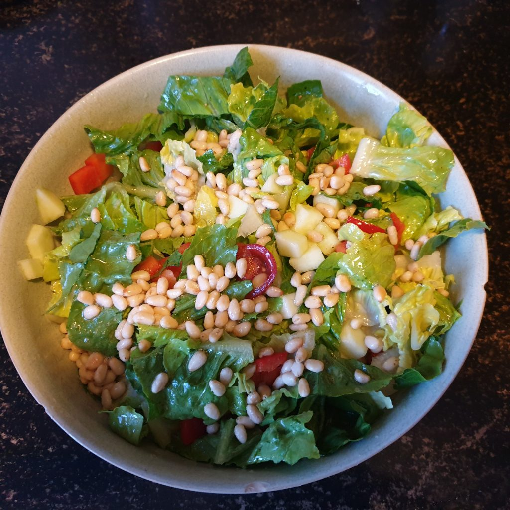 Salade met geroosterde pijnboompitten