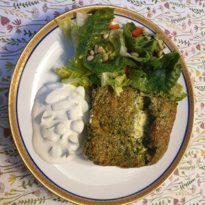 Spinazie frittata met salade en creme fraiche dip