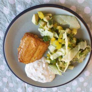 Tandoori zalm met salade en komkommer dip