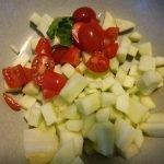 tomaatjes en komkommer in stukjes snijden