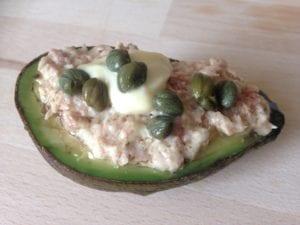Heel keto: gevulde avocado met tonijnmayonaise en kappertjes