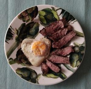 Lekker keto ontbijt: gebakken ei met biefstuk