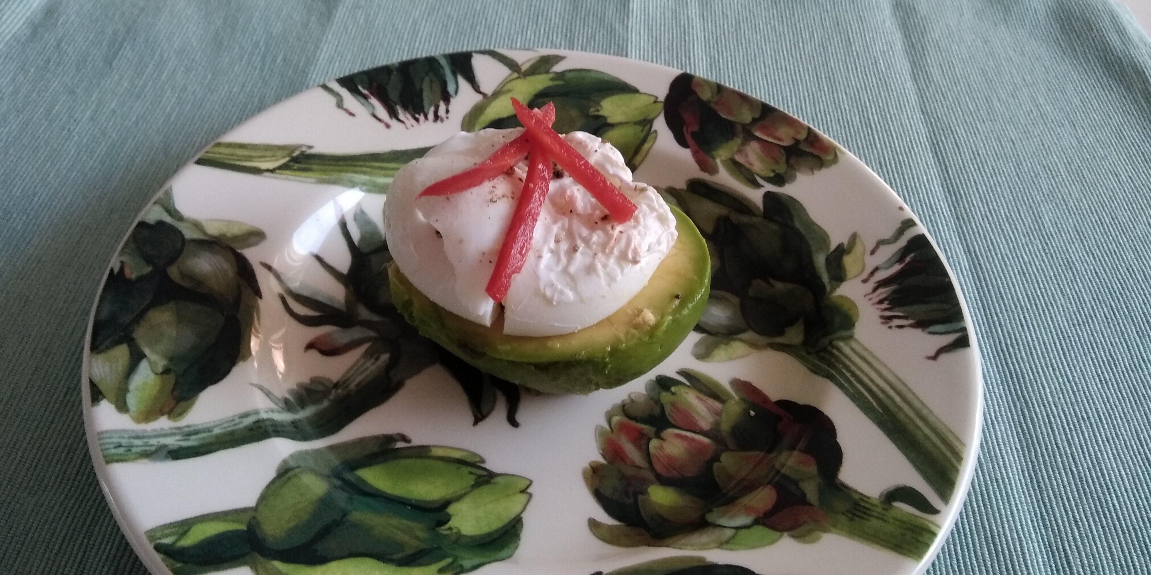 Keto lunch: avocado met gepocheert ei