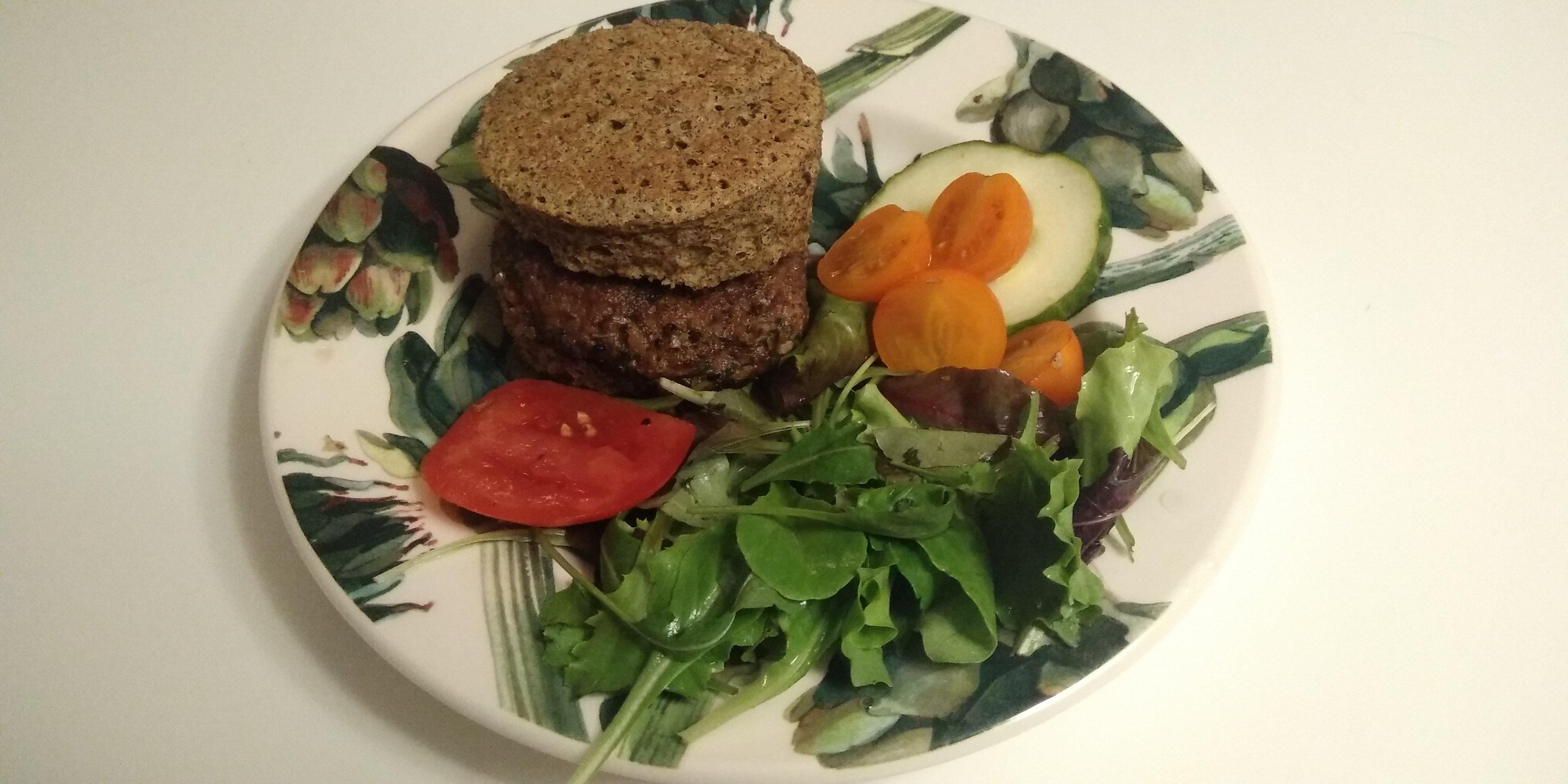Lekker keto lijnzaad hennepmeel broodje met een hamburger
