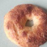 Goudbruine keto bagel zo uit de oven!