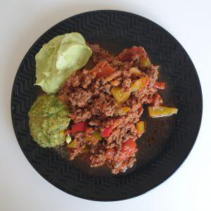 Keto chili con carne met guacamole en salsa