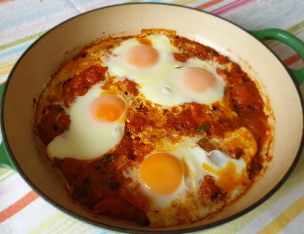 Gebakken eieren in een pittige tomatensaus op de Perzische manier