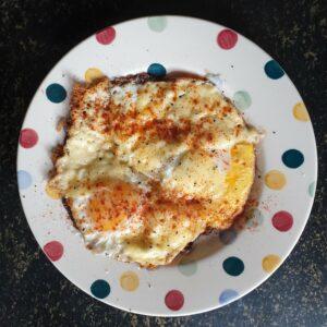 Gebakken eieren met kaas en gerookte paprika