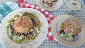 Dit is een complete keto maaltijd: Broodje lamsburger met Griekse salade en Tzatziki saus