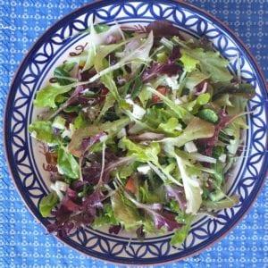 Griekse salade met feta, munt en olijven
