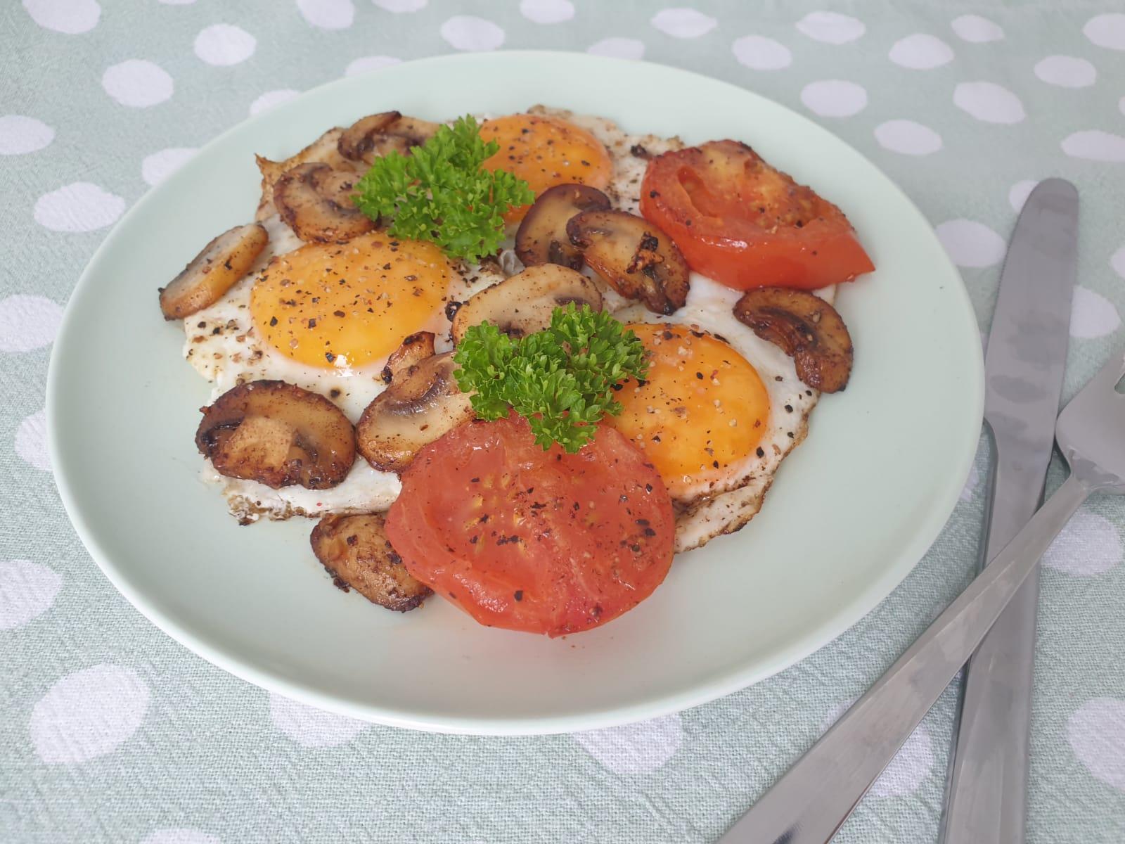 gebakken eieren met tomaat en champignons