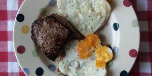 Keto ontbijt: spiegeleieren en biefstu